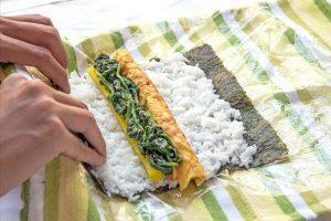 Cách cuộn kimbap bằng mảnh vải sạch, không cần manh tre