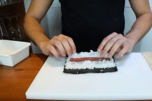 Cuộn kimbap bằng tấm rong biển