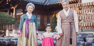 """Hanbok trở thành """"đồng phục"""" gia đình trong những dịp lễ tết quan trọng"""