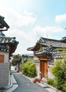 Làng hanok bukchon là điểm đến thu hút nhiêu fkhachs du lịch khi đến với Seoul